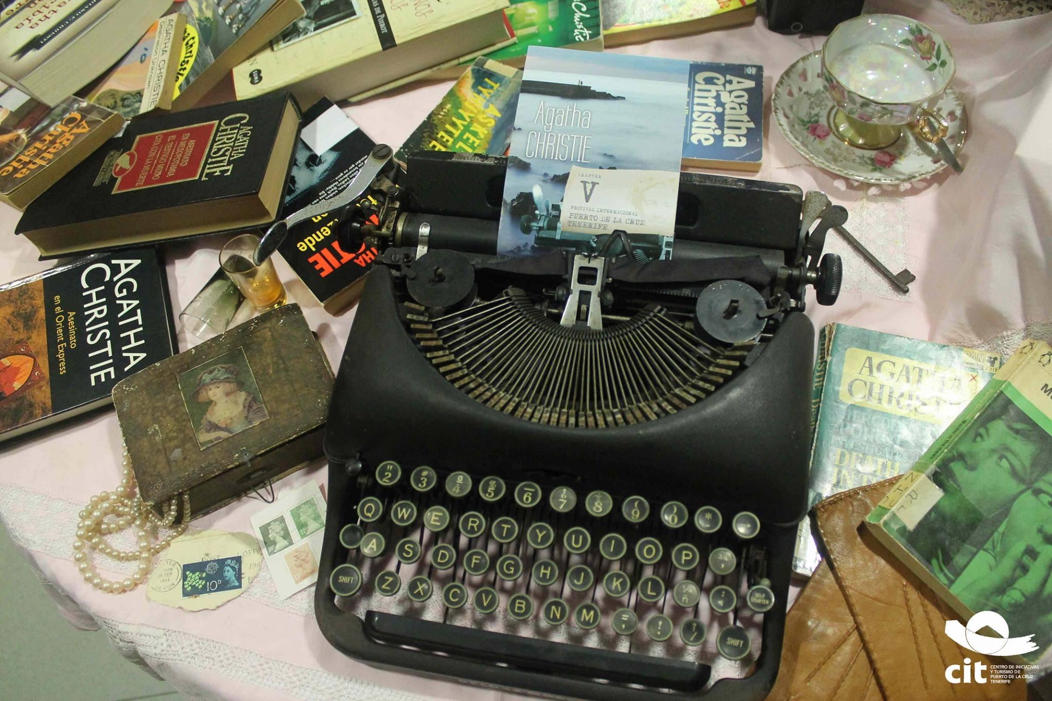 Agatha Christie Maquina de escribir y Libros